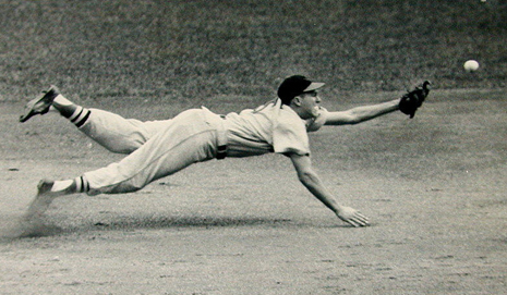 Brooks Robinson diving for a ball, horizontal to the ground