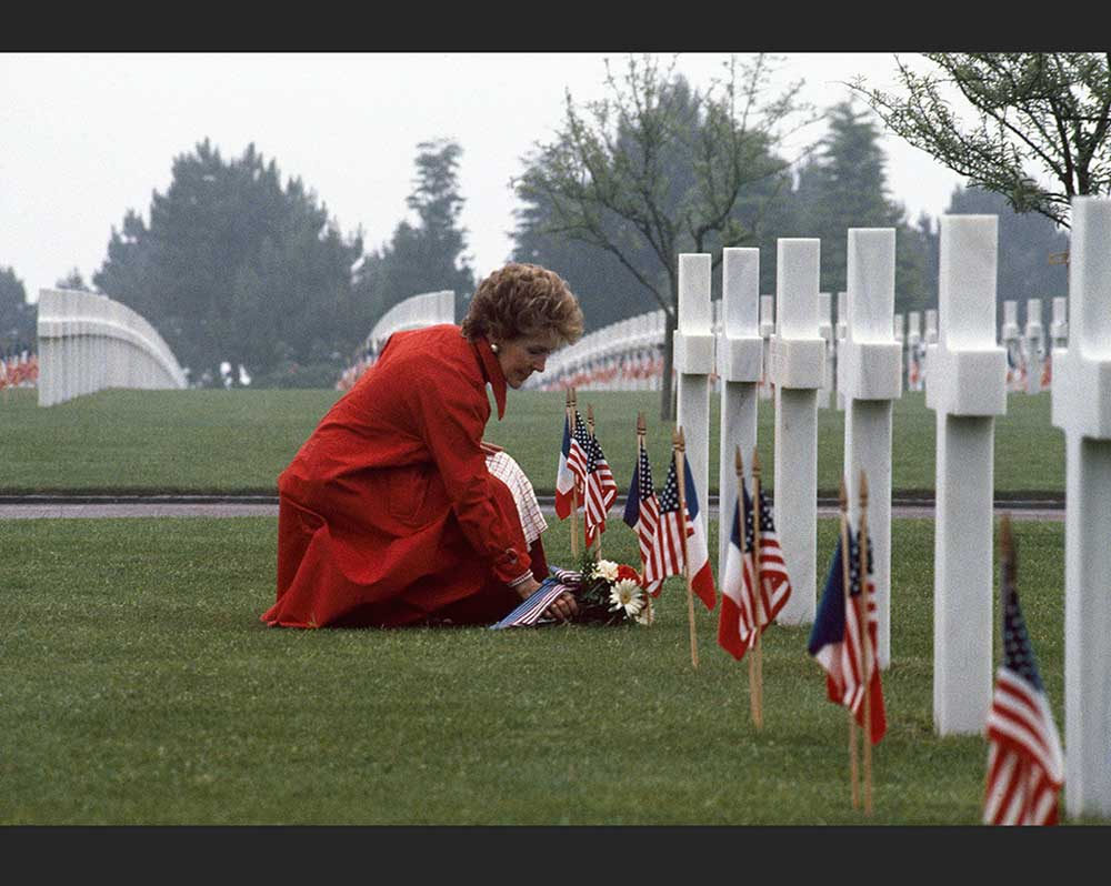 Nancy Reagan laying flowers at a soldiers grave