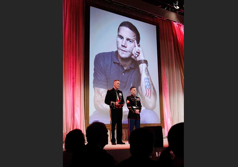 El General Joseph Dunford presenta el Premio Retrato de una Nación al Cabo Kyle Carpenter