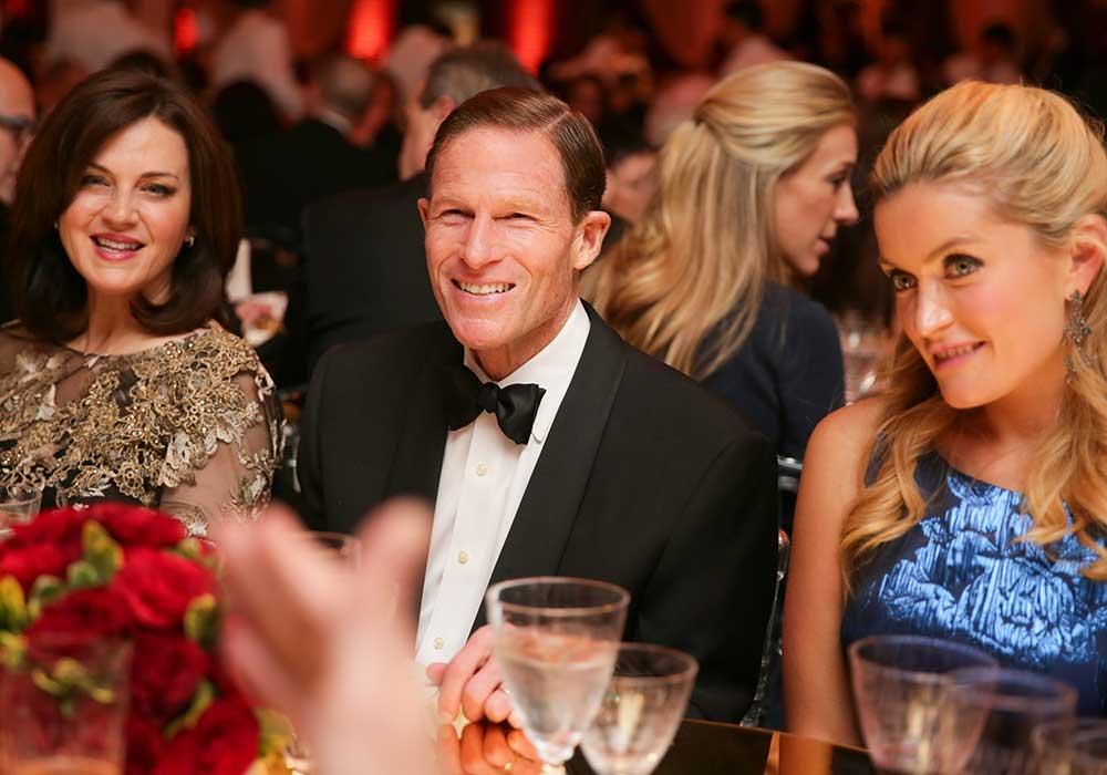 El Senador Richard Blumenthal en una mesa con dos mujeres