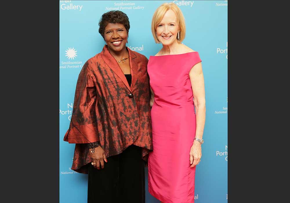 Gwen Ifill y Judy Woodruff de pie juntos