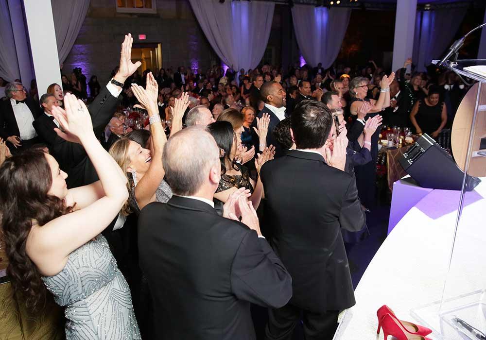 Los invitados aplaudiendo y bailando