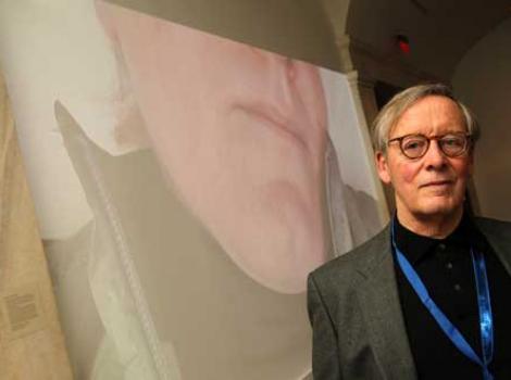 Artist Bo Gehring next to his winning portrait
