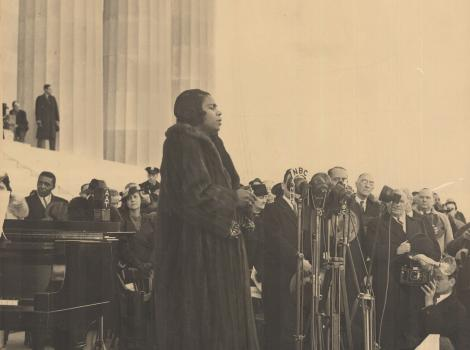 Woman singing on the steps of the Lincoln Memorial